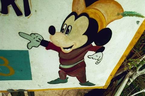 Placa com desenho do Mickey, no bairro Parque Dourado, em Ferraz de Vasconcelos (Grande SP)