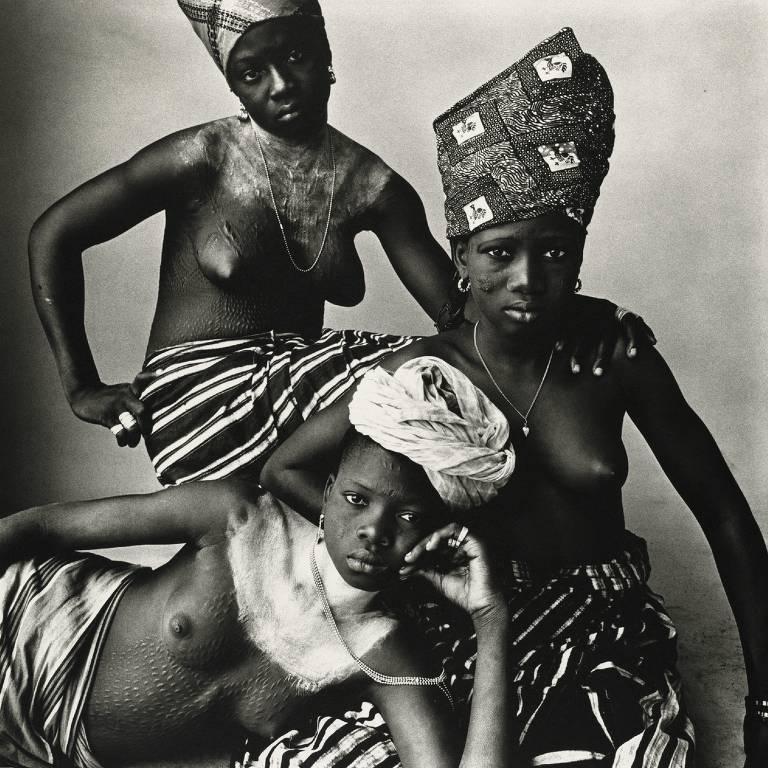 """""""Three Dahomey Girls, One Reclining"""", de Irving Penn, em exposição no IMS"""
