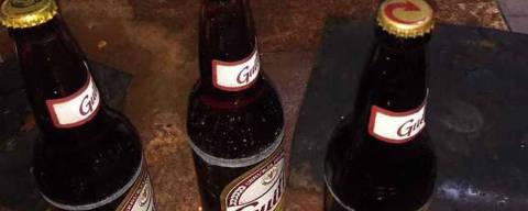 SAO PAULO,SP - 16/8/2018 - Um homem foi detido acusado de falsificar bebidas alcoólicas em um galpão no Parque Peruche, zona norte da capital, por volta das 11h00 desta quarta-feira (15). No local encontraram um homem que comprava garrafas de cerveja da marca Guitt's e trocava o rótulo e a tampa por marcas da Skol e Original.  (Foto: TV RECORD/REPRODUCAO,      NAS RUAS) *** EXCLUSIVO AGORA SAO PAULO ***