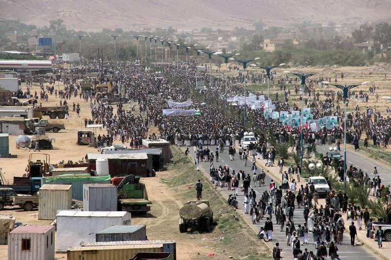 Manifestantes participam do funeral das crianças mortas no ataque no Iêmen