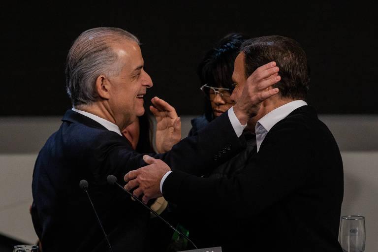 Os candidatos Marcio França e João Doria se cumprimentam antes do debate dos candidatos ao governo do estado, no estúdio da Band, em São Paulo