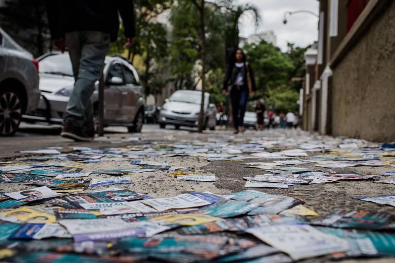 Santinhos jogados na rua Maria Antonia, na região central de São Paulo, no período eleitoral de 2016