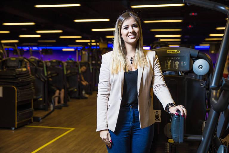 Kimberly Soares, 22, vendedora de cosméticos, posa de pé em academia em São Paulo