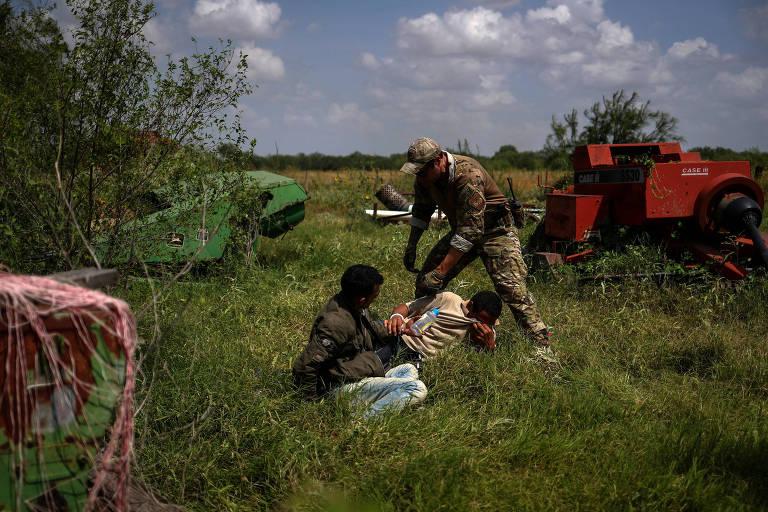 Agentes da Patrulha de Fronteira americana apreendem imigrantes brasileiros que atravessaram ilegalmente para o país vindos do México, perto de Los Ebanos (Texas)