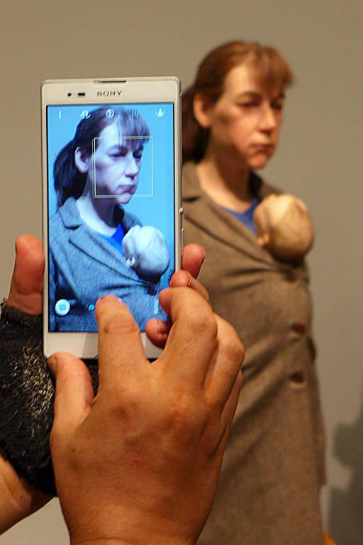 Visitante utiliza celular para fotografar obra durante a exposição do escultor australiano Ron Mueck, na Pinacoteca do Estado de São Paulo
