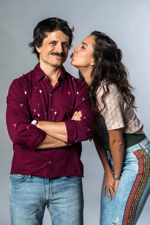 Marli (Julia Mendes) e Paulo (Felipe Rocha)  se beijam