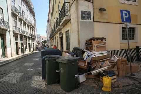 Lixo se acumula em rua de Lisboa