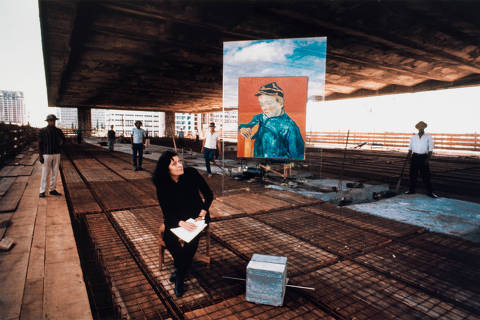 ***MÔNICA BERGAMO*** Lina Bo Bardi na construção do MASP na avenida Paulista ao lado de protótipo do cavalete de cristal com reprodução de O Escolar (O filho do carteiro – Gamin au Képi) (1888), de Vincent van Gogh, década de 1960. Foto: Lew Parrella/Arquivo da Biblioteca e Centro de Documentação do Masp