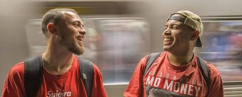 REVISTA - Rappers que fazem rimas nos vagoes do metro, para ganhar dinheiro com contribuiçes dos passageiros. Na foto, John Carlos e seu amigo Jonatahn. Foto Marlene Bergamo/Folhaimagem - 017 ID- 546076