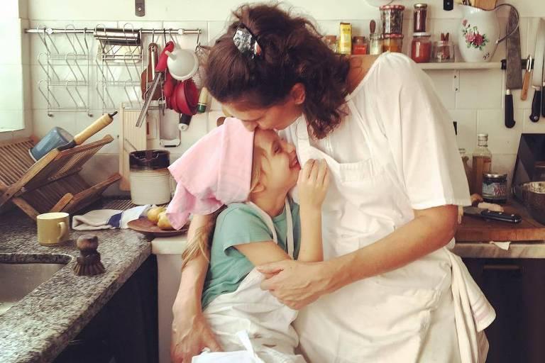 Paola Carosella e a filha, Francesca brincam na cozinha