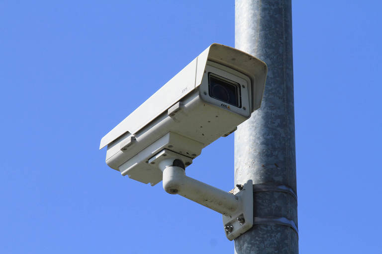 Câmera de reconhecimento facial instalada em local público