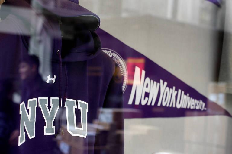 Blusão e flâmula da Universidade de Nova York