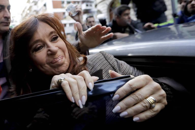 A ex-presidente e atual senadora Cristina Kirchner entra em carro antes de prestar depoimento em Buenos Aires