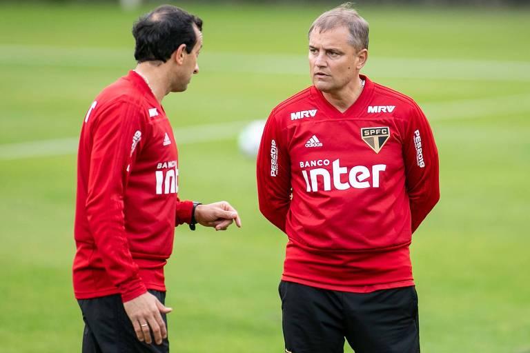 Diego Aguirre conversa com o preparador físico Fernando Piñatares durante treino do São Paulo