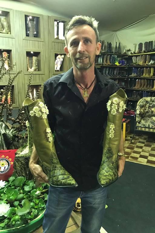 O empresário Olívio Martins, 49, com as botas confeccionadas para a cantora Shania Twain