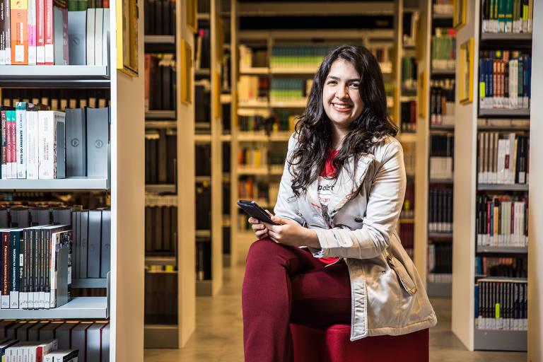Foto da aluna Rubia Arruda na biblioteca