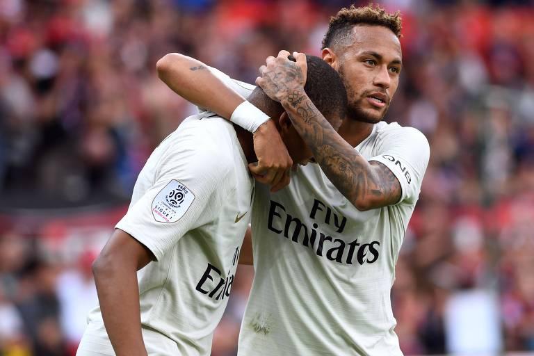 Neymar abraça Mbappé. Ambos marcaram na vitória do PSG sobre o Guingamp
