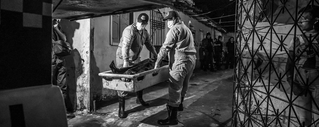 Corpo de jovem executado dentro de casa no município de Ananindeua, no Pará, é carregado