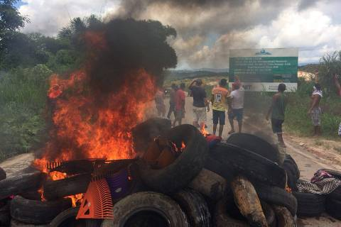 Venezuelanos e brasileiros se confrontam nas ruas de cidade de Roraima