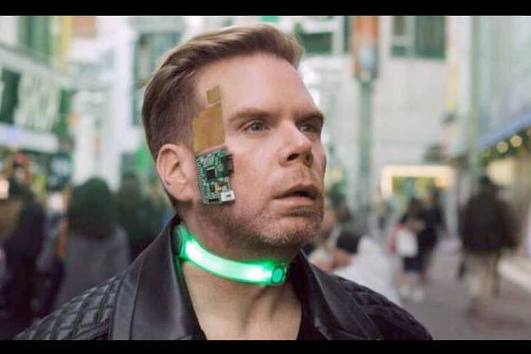 O americano  Chris Dancy é hiperconectado a dispositivos que monitoram a qualidade do ar que respira, volume de sua voz, alimentos que ingere, temperatura ambiente e umidade, entre outras coisas