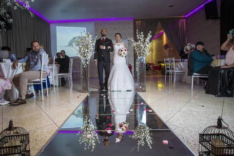 SÃO PAULO, SP, BRASIL. 12/08/2018.  Casamento de Silva Torres, 25 anos, autônoma e Adriano Azevedo de Carvalho, 37 anos, autônomo.  Em vez de tapete vermelho, algumas noivas tem optado pela passarela de espelho. Tudo para fazer uma linda foto do altar e do vestido. (Foto: Jardiel Carvalho/Folhapress) NAS RUAS*** ESPECIAIS ***EXCLUSIVO AGORA ***EMBARGADO PARA VEíCULOS ONLINE ***UOL, FOLHA.COM E FOLHAPRESS, CONSULTAR FOTOGRAFIA DO AGORA SAO PAULO *** f: 3324-2169, 3224-3342