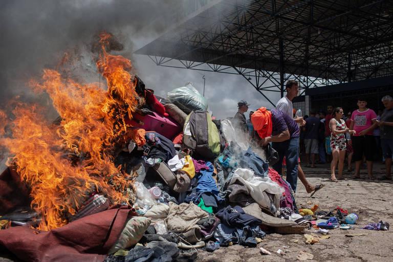 0Produtos que pertenciam aos refugiados venezuelanos são queimados durante o confronto em agosto de 2018