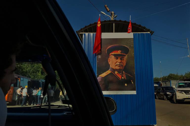 Pintura do ditador soviético Josef Stálin na entrada da República Popular de Donetsk, criada por rebeldes separatistas apoiados pela Rússia