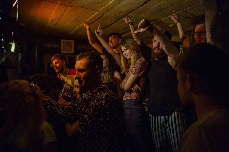 Moradores em bar de rock em Donetsk, onde há um toque de recolher das 23h às 6h