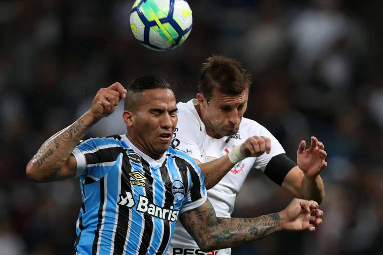 Jael, do Grêmio, e Henrique, do Corinthians, disputam bola em Itaquera