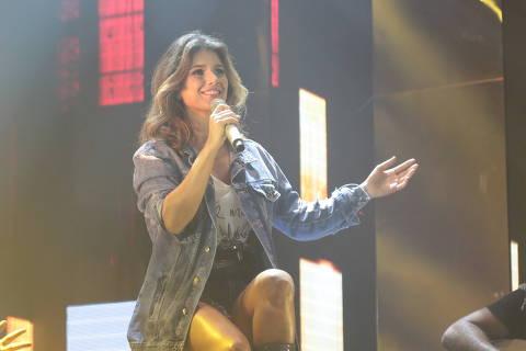A cantora sertaneja Paula Fernandes apresenta o primeiro show da turnê Jeans