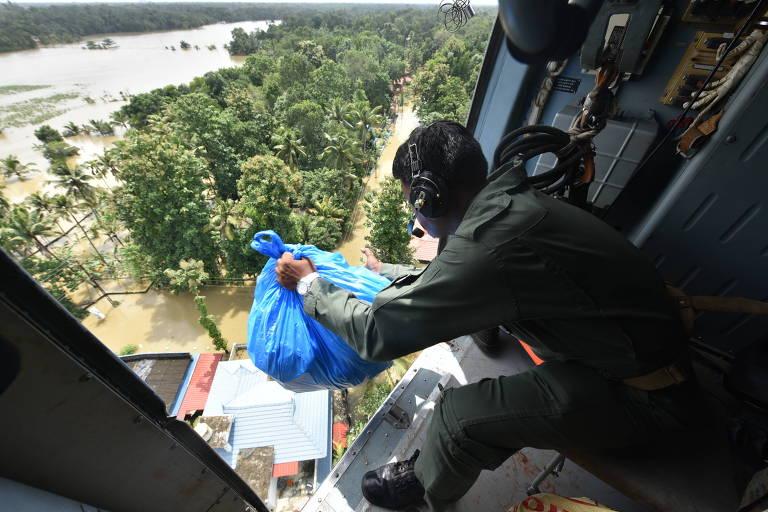 Soldado indiano solta mantimentos em região isolada pelas inundações em Chengannur, na região de Kerala