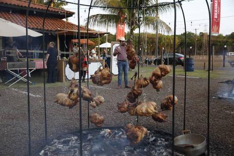 BARRETOS, SP BRASIL- 17-08-2018 :   Rancho da chirrascqueira dentro do Parque do Peão de Braretso, frequnatadores do rancho sequwer sabem onde ficam as motarias, passas os dias dentro deste rancho. .    ( Foto: Joel Silva/Folhapress ) ***COTIDIANO *** ( ***EXCLUSIVO FOLHA***)