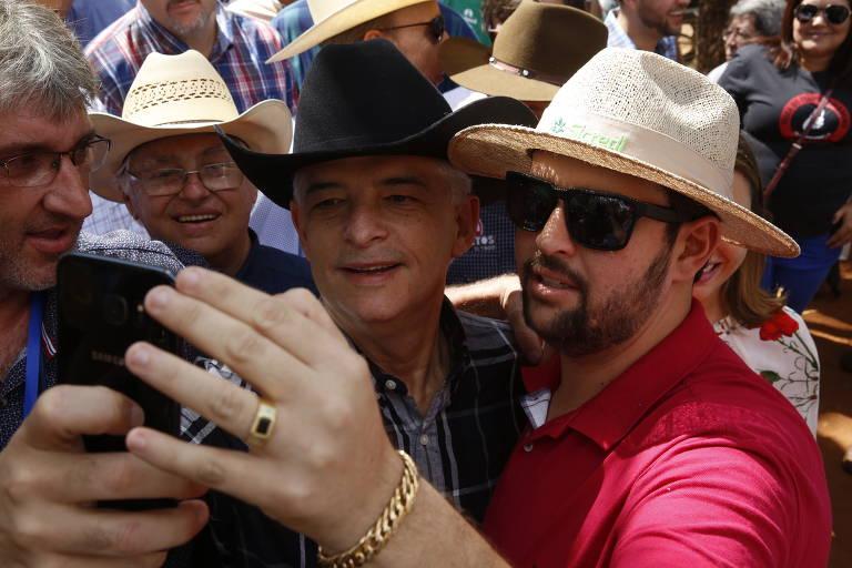 O governador de São Paulo candidato à reeleição, Márcio França, tira selfie com apoiador na Festa do Peão de Barretos