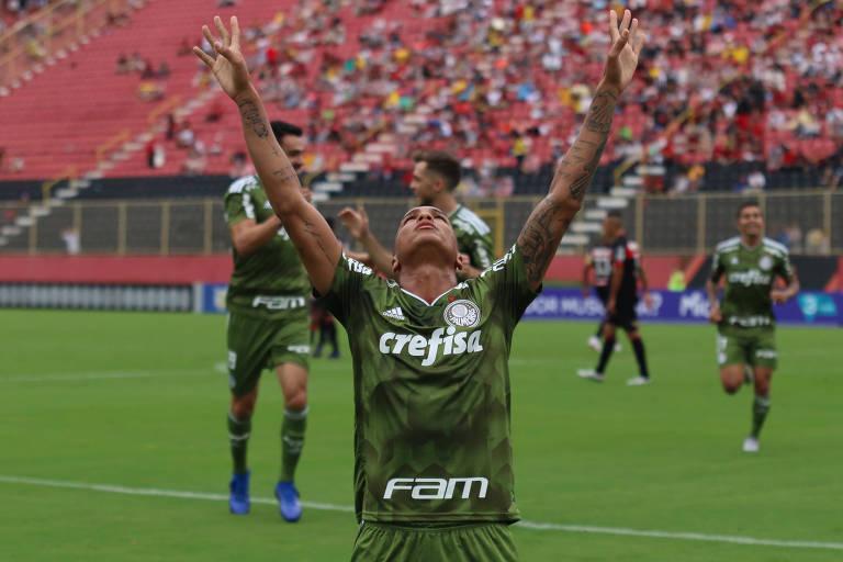 Deyverson comemora o primeiro gol do Palmeiras contra o Vitória, neste domingo (19)