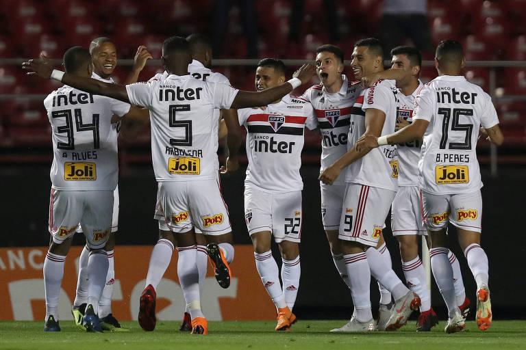 Jogadores do São Paulo comemoram vitória sobre a Chapecoense, que fez o time terminar o primeiro turno na liderança do Brasileiro