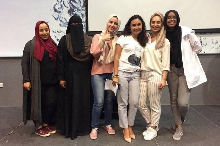 Beatriz Buarque (terceira da dir. para a esq.) no lançamento do documentário 'Behind the scarf', sobre o uso do véu por muçulmanas, em Londres