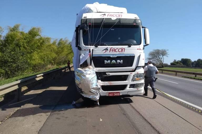 Corpo de paraquedista fica preso e suspenso na estrutura de carreta na rodovia Castello Branco