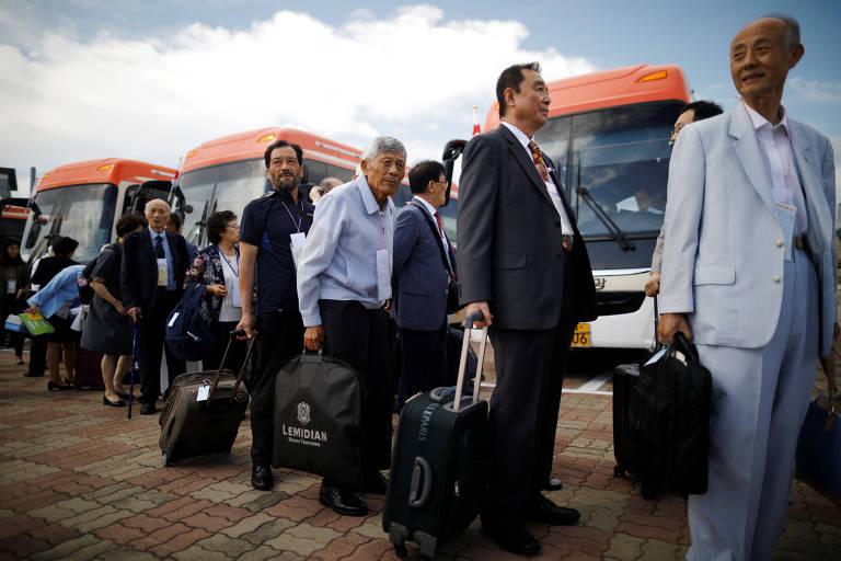 Os sul-coreanos aguardam antes de cruzar a fronteira para o reencontro com familiares