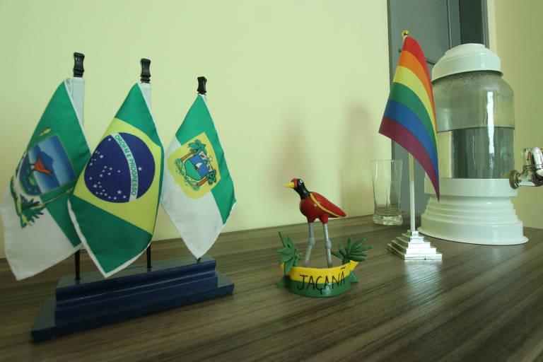 Símbolos no gabinete do prefeito do PSOL, no RN, com processo de impeachment.