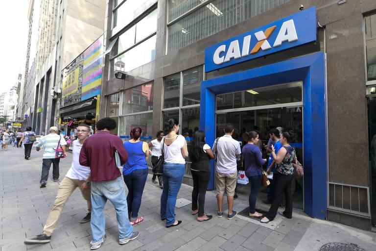 Pessoas na fila de agência da Caixa Econômica Federal na rua 7 de Abril, no centro do São Paulo (SP)