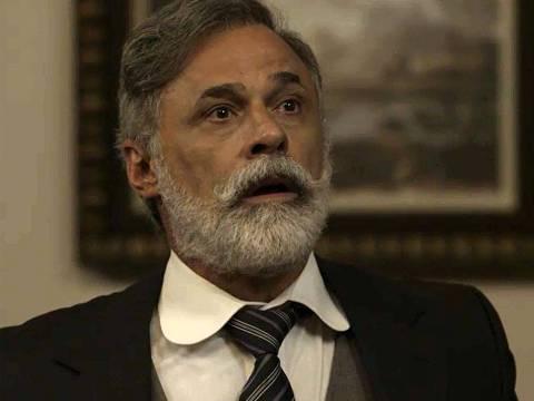 Tibúrcio (Oscar Magrini) não acredita no que está acontecendo ao ver chegada de Josephine (Christine Fernandes)
