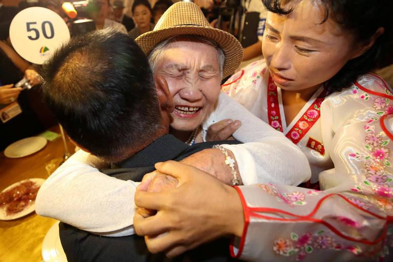 Familiares separados se abraçam durante o reencontro no Monte Kumgang, na Coreia do Norte