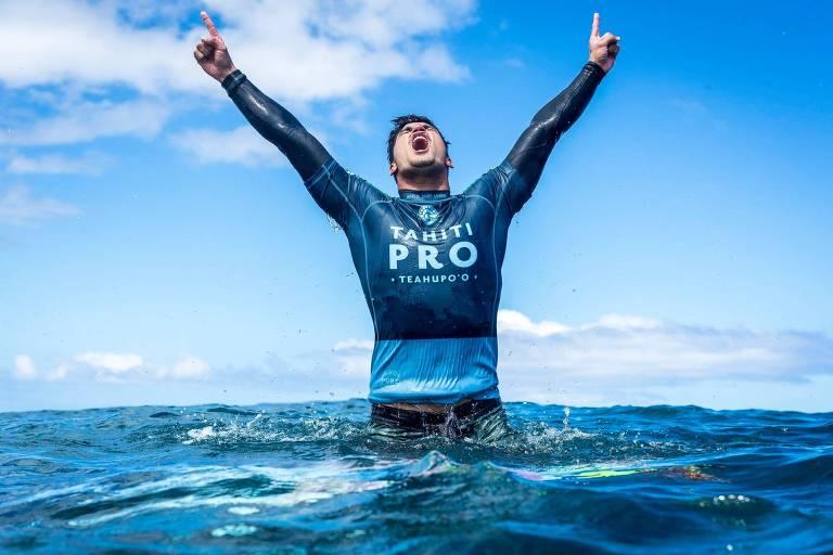 Gabriel Medina comemora a conquista da etapa de Teahupoo, no Taiti