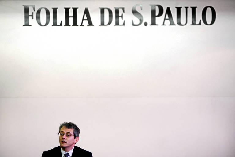 Otavio Frias Filho diante do logo da Folha