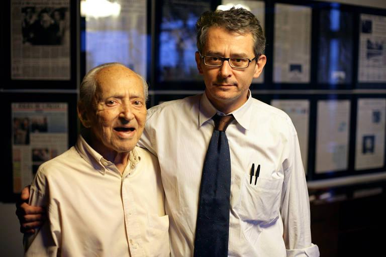 Octavio Frias de Oliveira, então publisher do jornal, ao lado de seu filho e diretor de Redação, Otavio Frias Filho, no nono andar do prédio da empresa