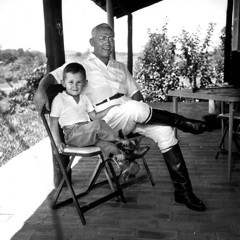 Otavio Frias Filho ao lado do pai, Octavio Frias de Oliveira, em foto de 1960
