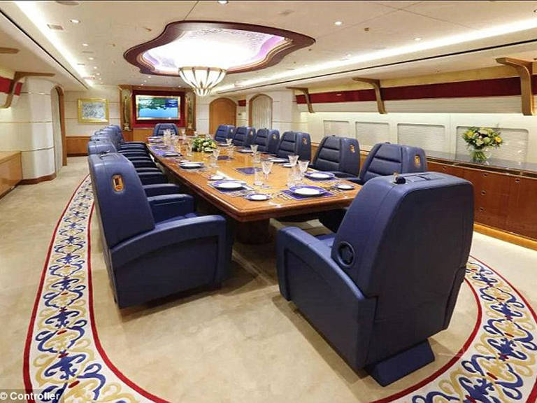 Rei do Catar vende jato Boeing 747-8 por £ 500 mi