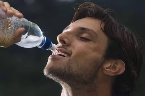 ORG XMIT: 564101_1.tif Juliano Ceglia, 29, que chegou a beber quatro litros de água por dia, mas diminuiu por recomendação médica, posa para foto em imagem que ilustra matéria sobre o exagero em hábitos saudáveis, em São Paulo, SP. (São Paulo, SP, 14.03.2008. Foto de Danilo Verpa/Folhapress)