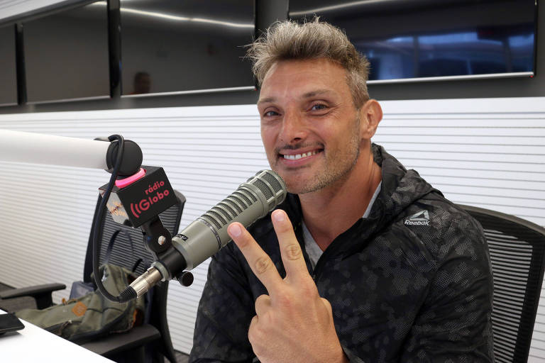 Juliano Ceglia posa com microfone da Rádio Globo