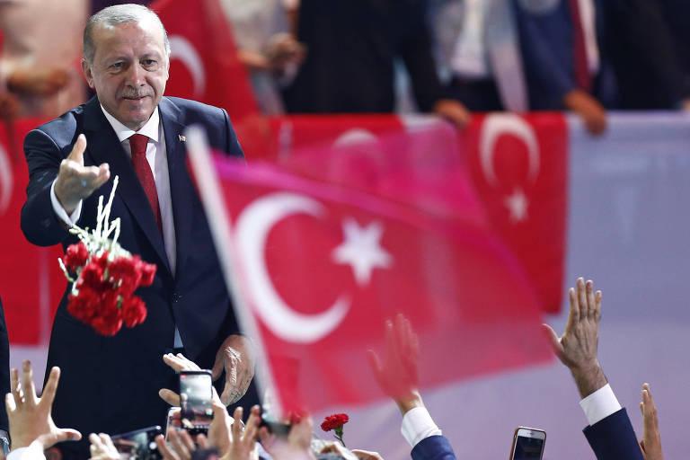 O presidente da Turquia, Recep Tayyip Erdogan, joga flores para simpatizantes em congresso do seu partido, o AKP,  em Ancara